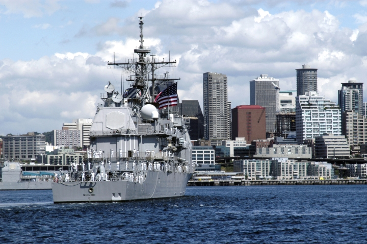 US_Navy_040805-N-0683J-674_The_guided_missile_cruiser_USS_Shiloh_(CG_67)_enters_Seattle_during_the_parade_of_ships,_a_part_of_Seattle^rsquo,s_traditional_summer_festival,_the_Seattle_Seafair_Fleet_Week.jpg